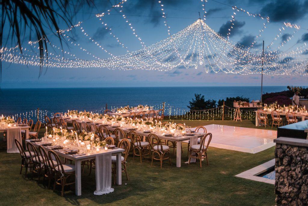 un mariage chic à bali avec guirlande de lumières, ciel lumineux